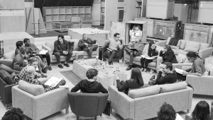 JJ Abrams (no centro à direita) repassando Guerra nas Estrelas: Episódio VII com o elenco no Pinewood Studios.   Crédito da foto: David James