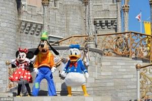 1406111057840_wps_14_DH3Y0F_Minnie_Mouse_Goofy