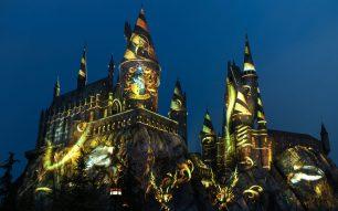 The-Nighttime-Lights-at-Hogwarts-Castle-Hufflepuff-House-1170x731