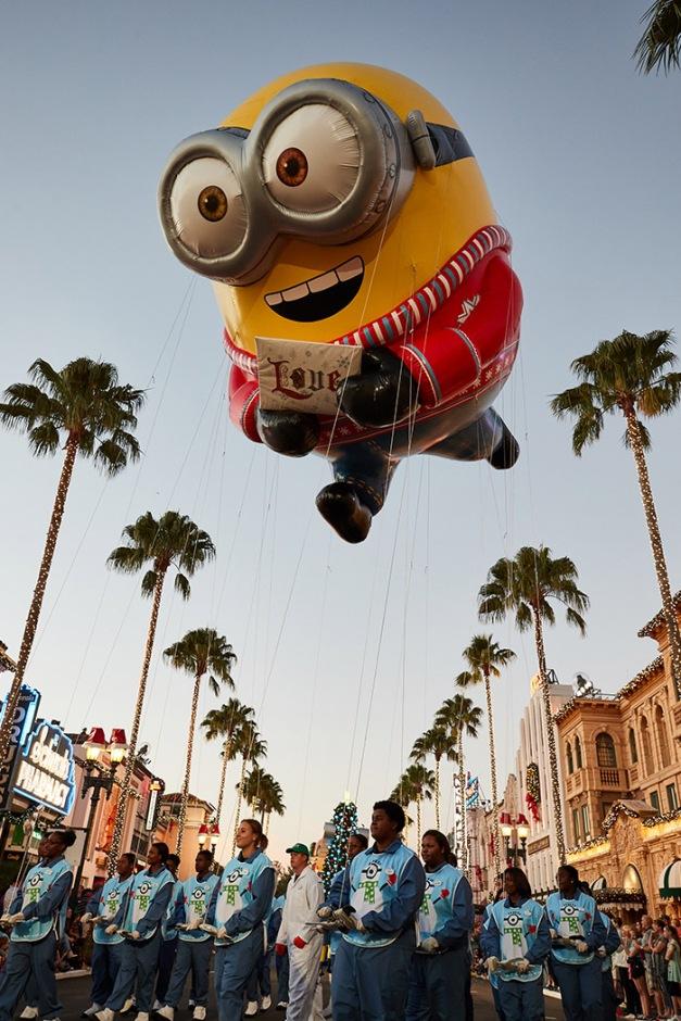 Universals-Holiday-Parade-Featuring-Macys-Bob-the-Minion-Balloon.jpg
